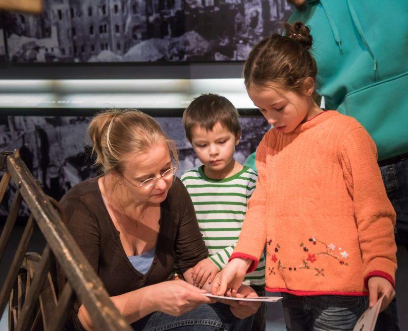 Eine Familie bei der Familientour im Zeitgeschichtlichen Forum