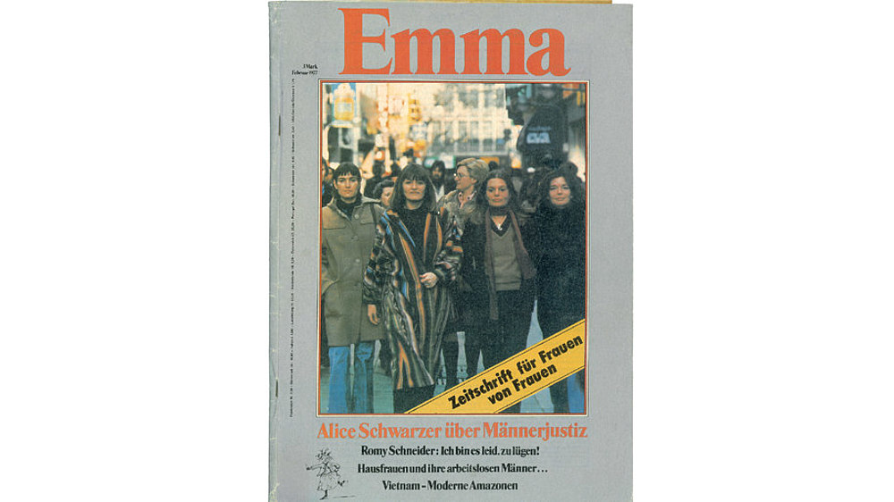 Auf der Titelseite der Erstausgabe der Frauen-Zeitschrift 'Emma' aus dem Jahr 1977 ist eine Frauengruppe, unter anderem mit Alice Schwarzer, abgebildet.