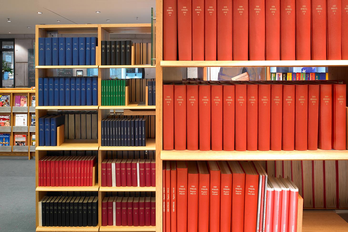 Bücherregal im Informationszentrum.