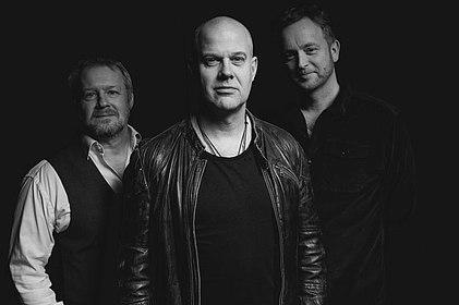Jacob Karlzon, Morten Ramsbøl und Rasmus Kihlberg stehen zusammen, Karlzon leicht im Vordergrund.