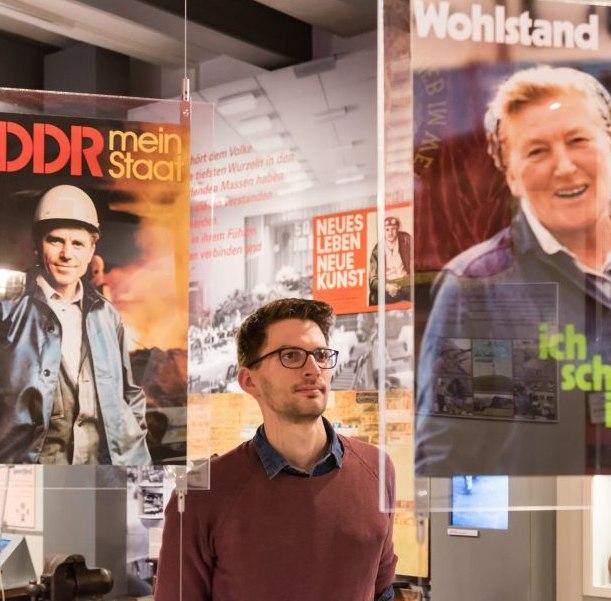 Ein Besucher betrachtet Plakate in der Dauerausstellung