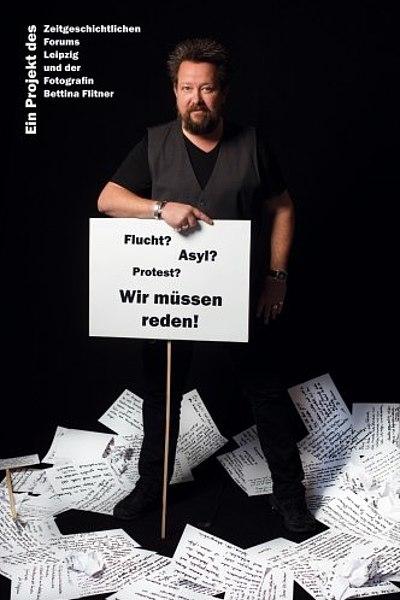 Ausstellungsplakat Flucht, Asyl, Protest? Wir müssen reden! Ein Foto- und Textprojekt von Bettina Flitner
