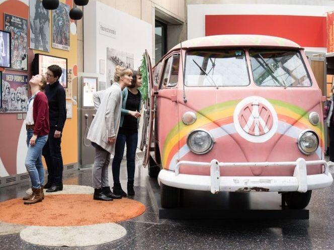 Besucher beim VW-Bulli in der Dauerausstellung