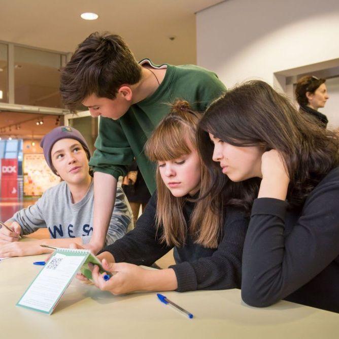Schüler bei der Gruppenarbeit
