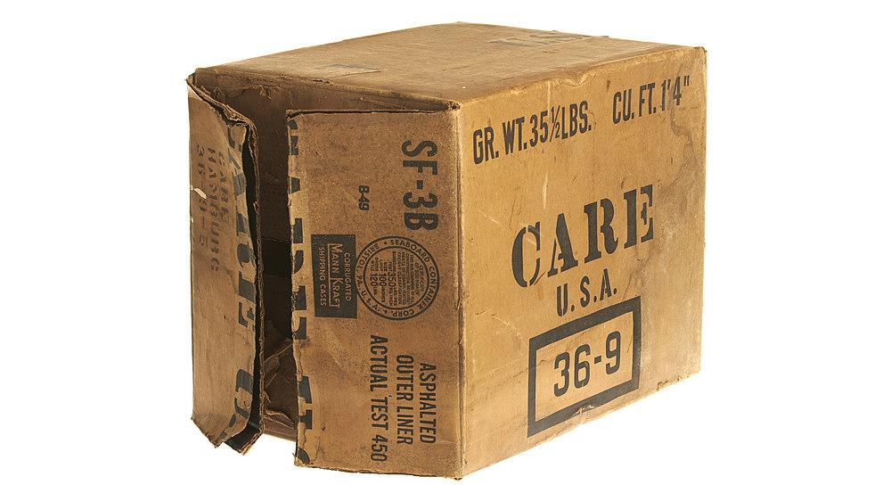 Karton aus Wellpappe. Aufschrift u.a.: 'Care U.S.A.'