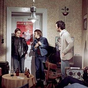 Szenenbild mit drei jungen Männern aus dem Polizeiruf