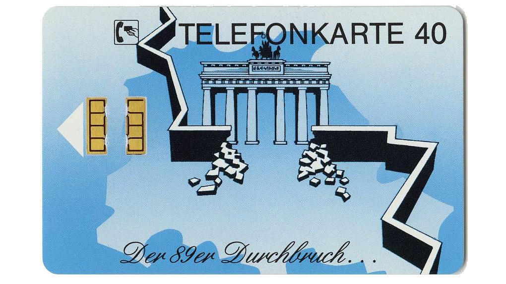 Diese Telefonkarte zur Erinnerung an den Mauerfall 1989 zeigt das Brandenburger Tor und die durchbrochene Mauer in Berlin.