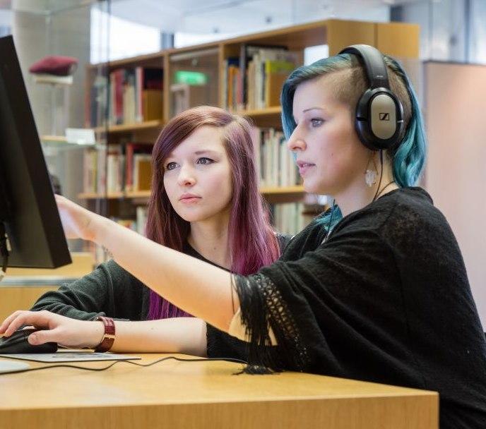Zwei Mädchen sitzen an einem Computer im Informationszentrum im Haus der Geschichte in Bonn