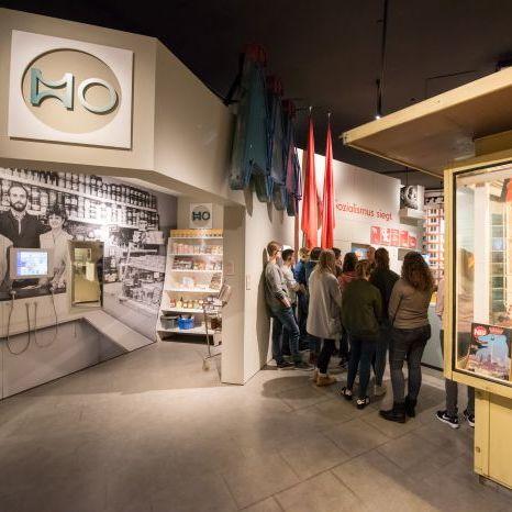 Eine Gruppe bei einer Begleitung durch die Dauerausstellung