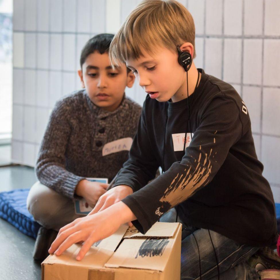 Kinder packen ein Westpaket