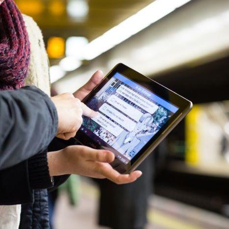 Tablet mit der App zur Dauerausstellung im Tränenpalast