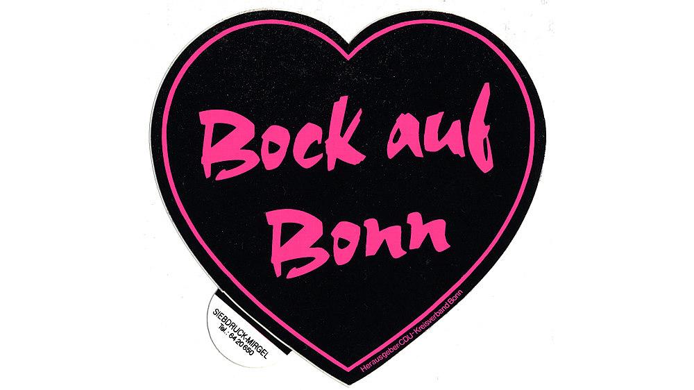 Herzförmiger Aufkleber mit pinker Schrift 'Bock auf Bonn' und pinker Umrandung auf schwarzem Untergrund.