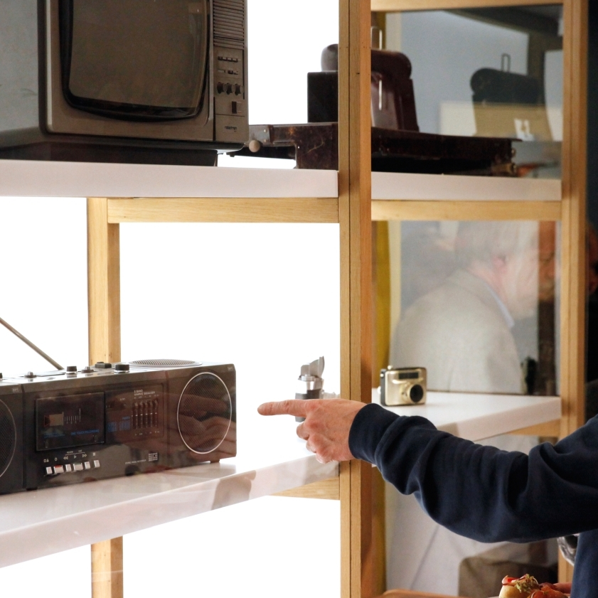Besucher an einem Radiogerät