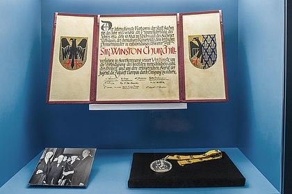 """Foto Ausstellungseinheit """"Very British"""" Karls-Preis 1955, (c) Axel Thünker, Stiftung Haus der Geschichte der Bundesrepublik Deutschland"""