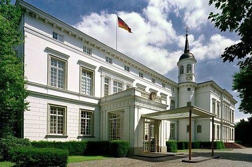Seitlicher Blick auf den Eingang des Palais Schaumburg