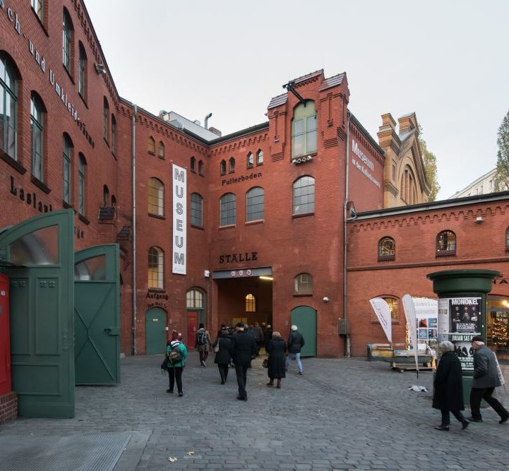 Besucher vor dem Museum in der Kulturbrauerei in Berlin
