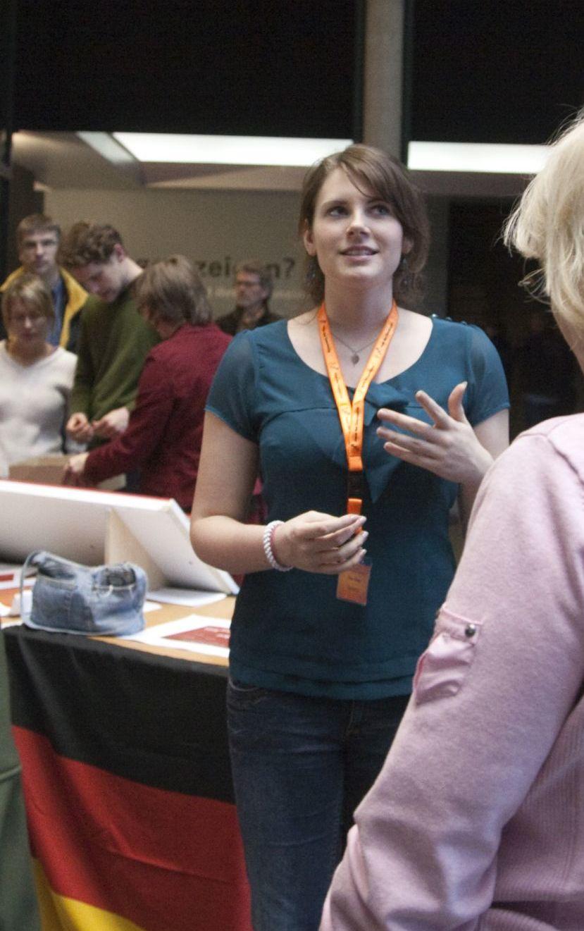 Eine Jugendliche der TeenGroup 2008/2009 begleitet Besucher durch die Dauerausstellung in Bonn