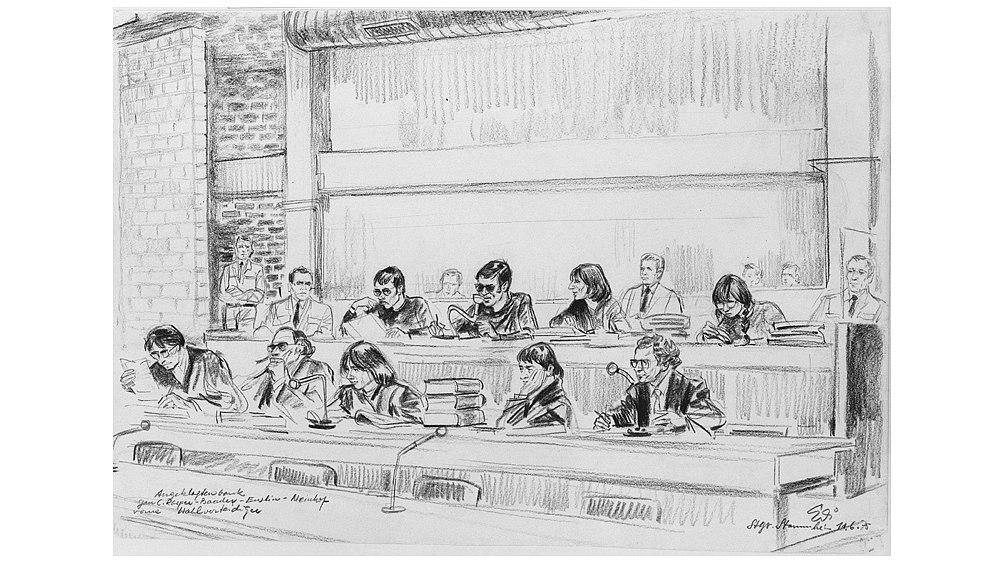 Gerichtszeichnung der Angeklagtenbank des RAF-Prozesses 1975.