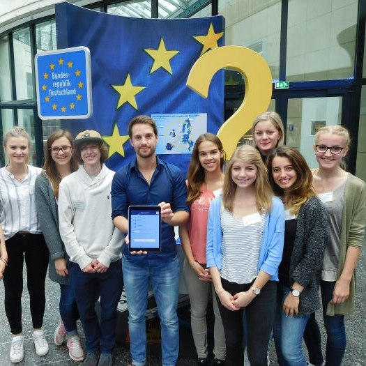 Mitglieder der TeenGroup und MrWissen2Go mit der Europa-App in der Dauerausstellung