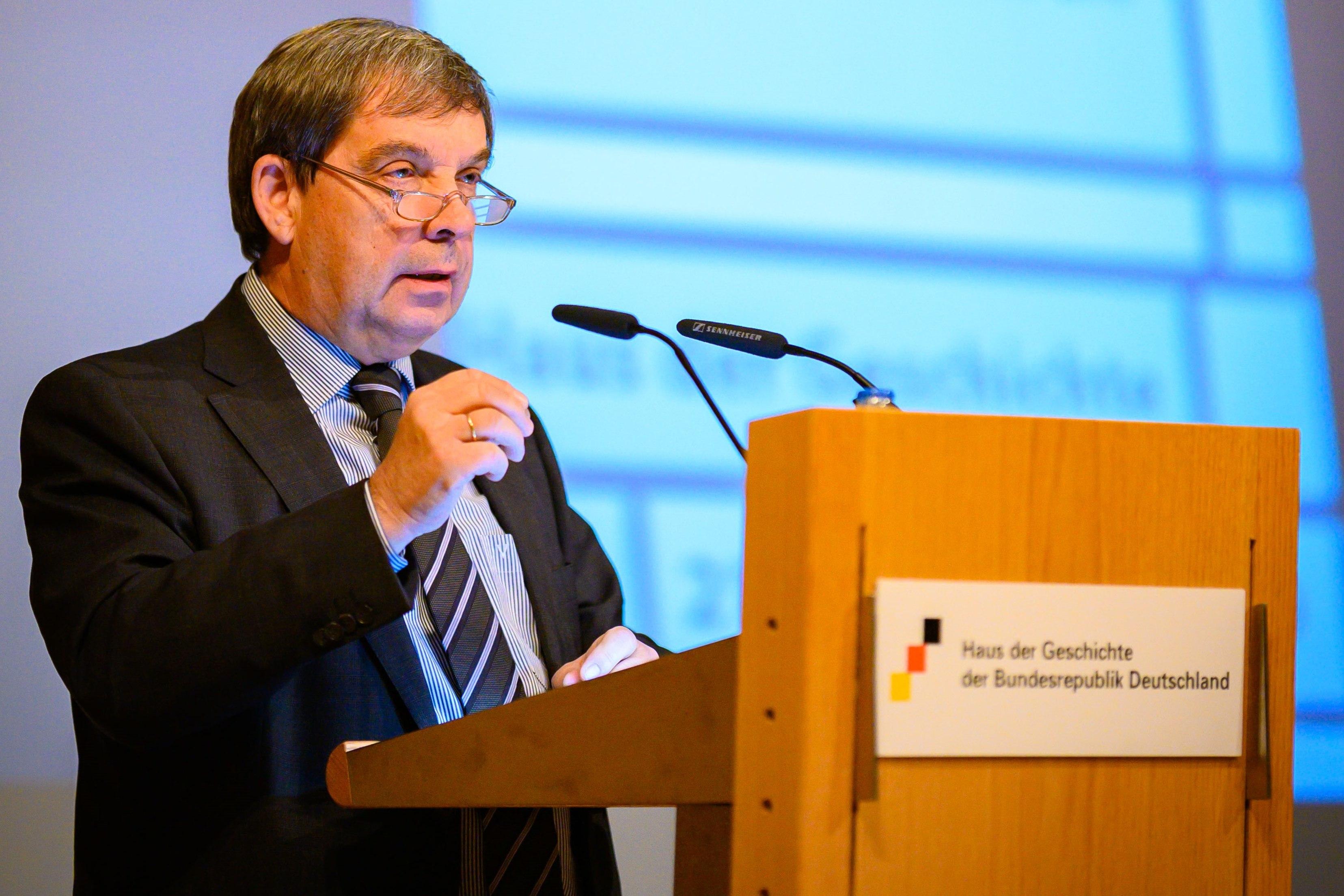 Stiftungspräsident Hans Walter Hütter bei einer Rede im Rotary Club Mönchengladbach-Niers am 16. September 2019