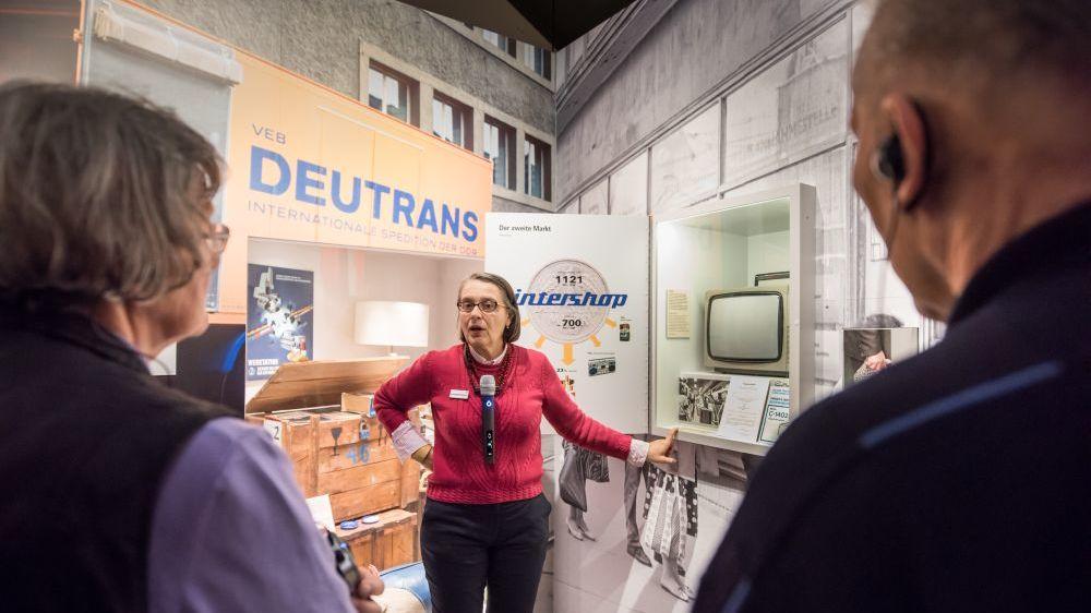 Begleitung vor Deutrans-Schild