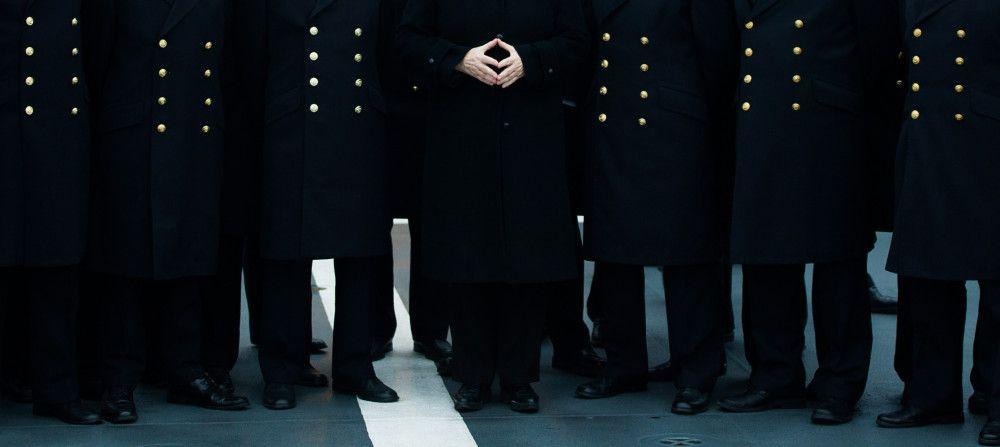 Bundeskanzlerin Angela Merkel posiert während eines Besuches im Marinestützpunkt in Kiel mit Soldatinnen und Soldaten für ein Gruppenfoto.