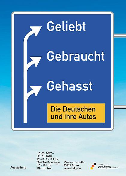 Das Plakat zeigt ein Autobahnschild vor blauem Himmel, auf dem der Ausstellungstitel zu lesen ist