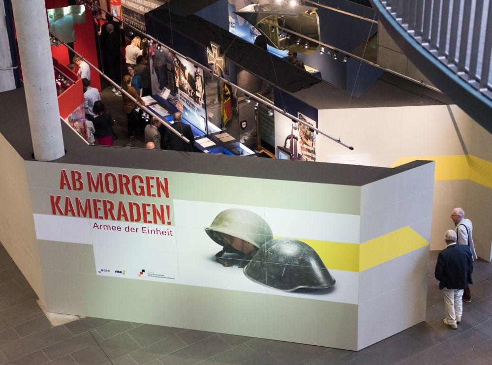 Vogelperspektive auf den Eingangs- und Endbereich der Ausstellung mit Ausstellungsarchitektur, Beleuchtung, Beleuchtung, Objekten und Menschen