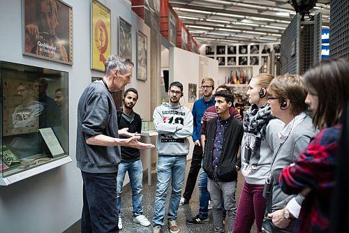 Eine Gruppe junger Menschen, die Deutsch als Fremdsprache lernen, bei einer Gruppenbegleitung im Haus der Geschichte
