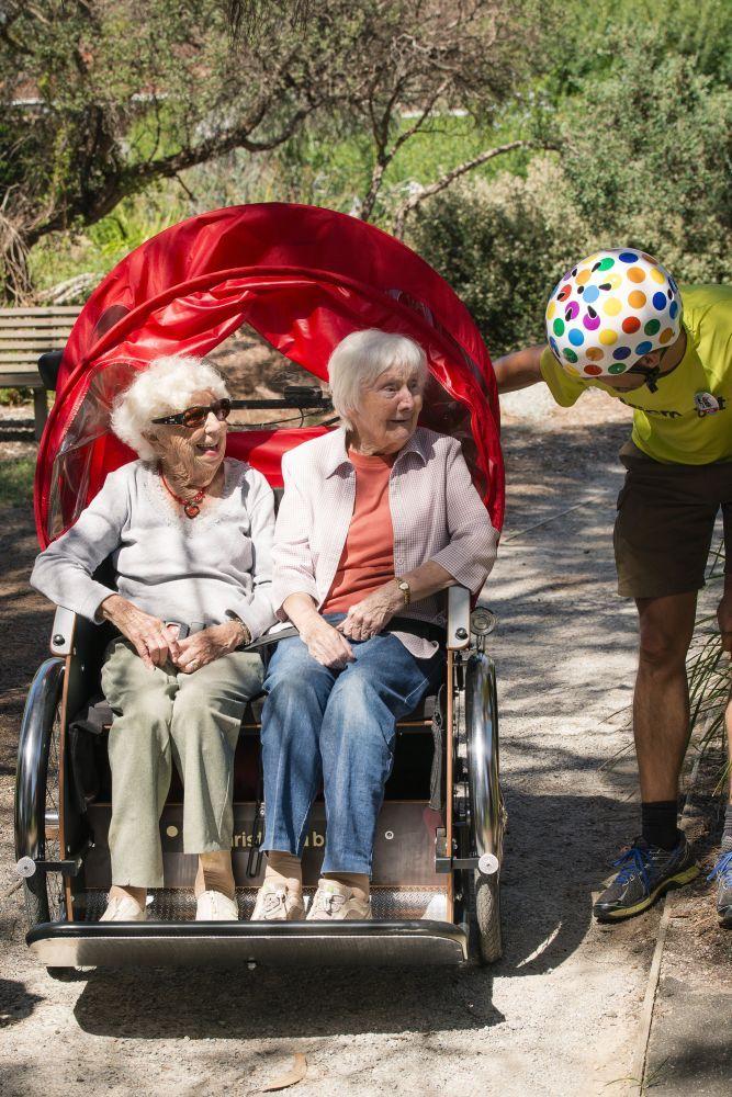 Zwei Seniorinnen von Radeln ohne Alter Bonn e.V.