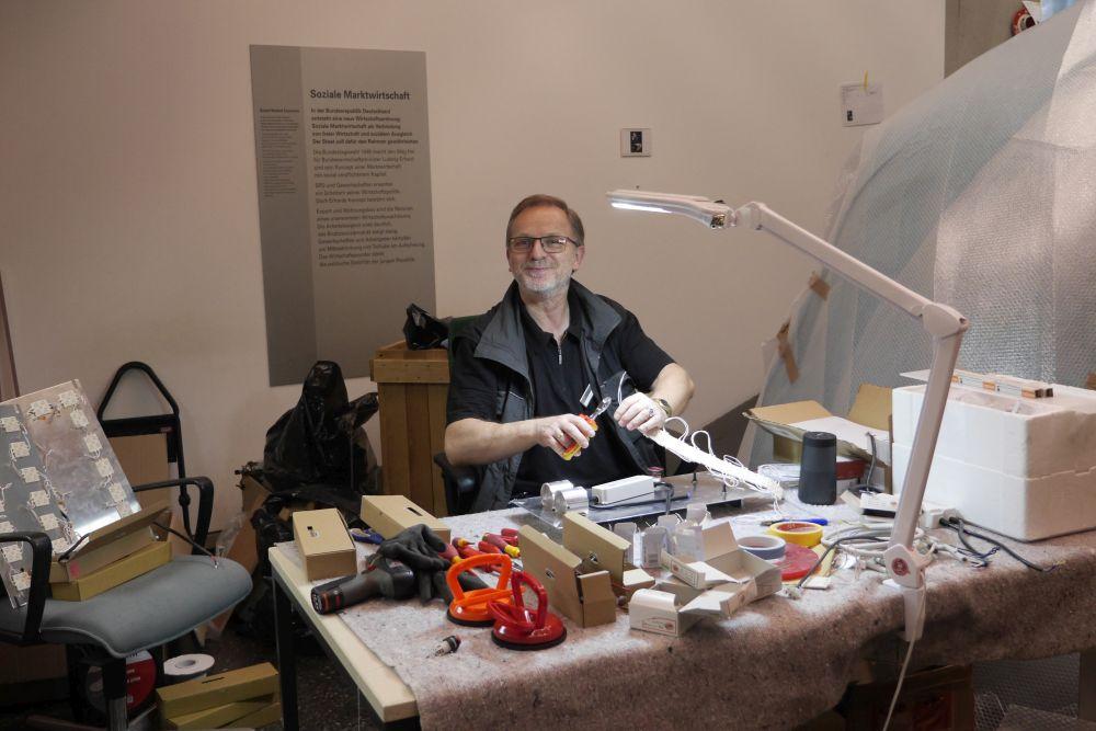 Elektriker am Schreibtisch in der Dauerausstellung