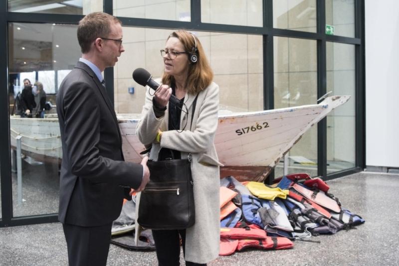 Journalistin interviewt Ausstellungsdirektor Thorsten Smidt.