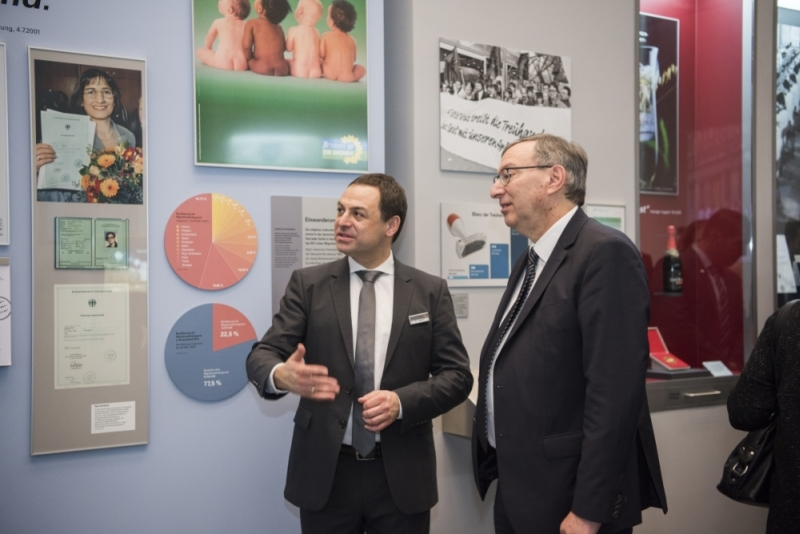 Zwei Männer schauen sich die Ausstellung an.