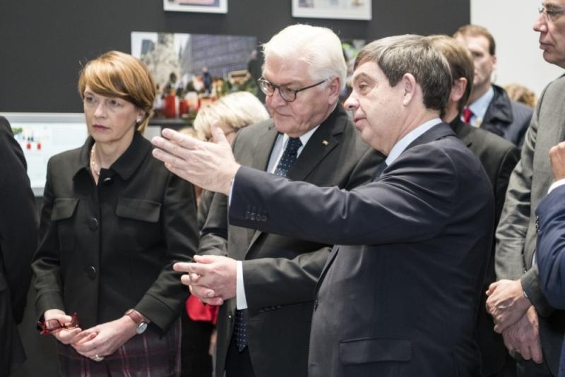 Frank-Walter Steinmeier, Elke Büdenbender und Hans-Walter Hütter in der Ausstellung.