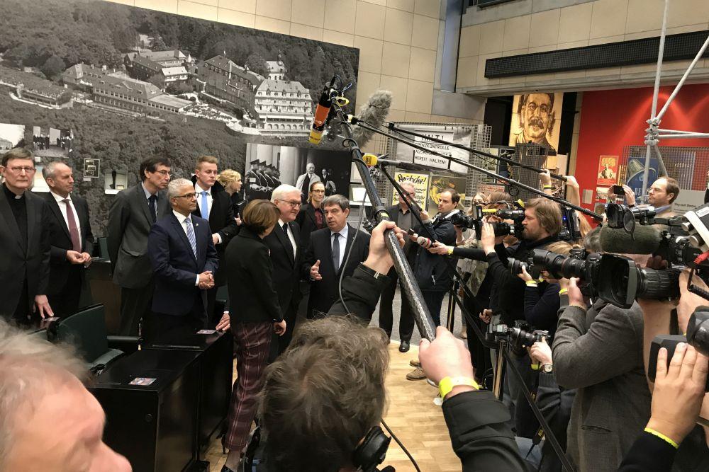 Frank-Walter Steinmeier, seine Begleiter und viele Journalisten.