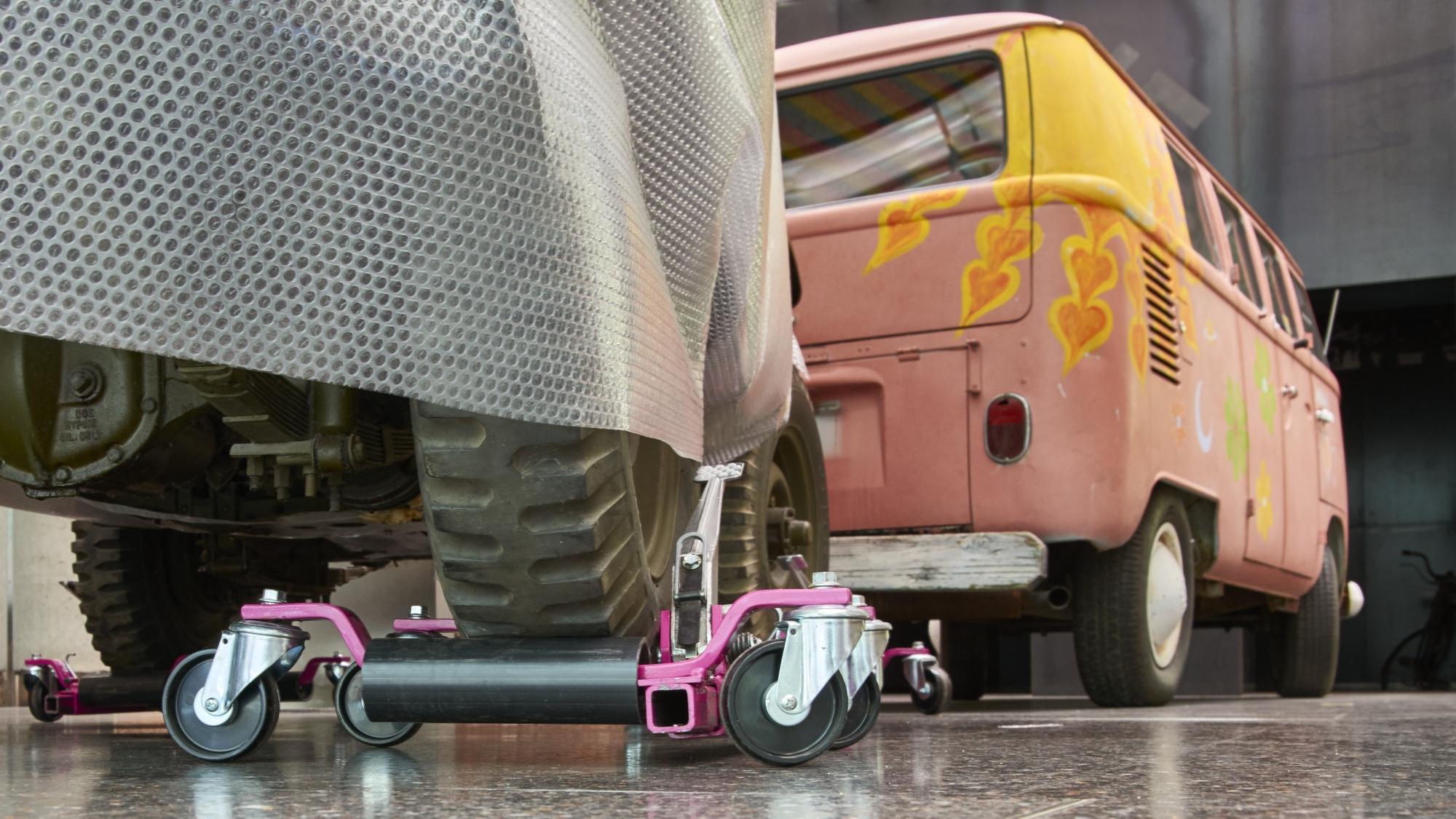 Der bunt bemalte VW Bulli und der Willys-Overland Jeep im Haus der Geschichte.