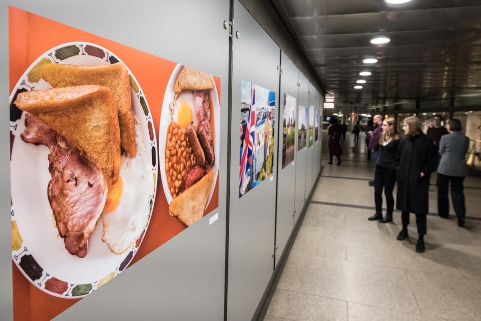 Besucherinnen in der U-Bahn-Galerie im Haus der Geschichte