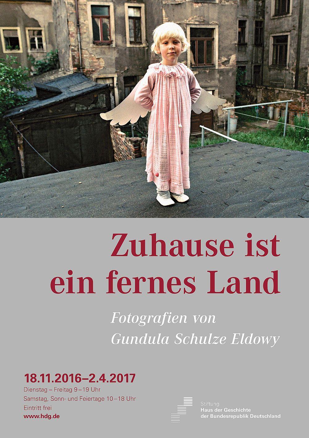 Ausstellungsplakat 'Zuhause ist ein fernes Land. Fotografien von Gundula Schulze Eldowy'