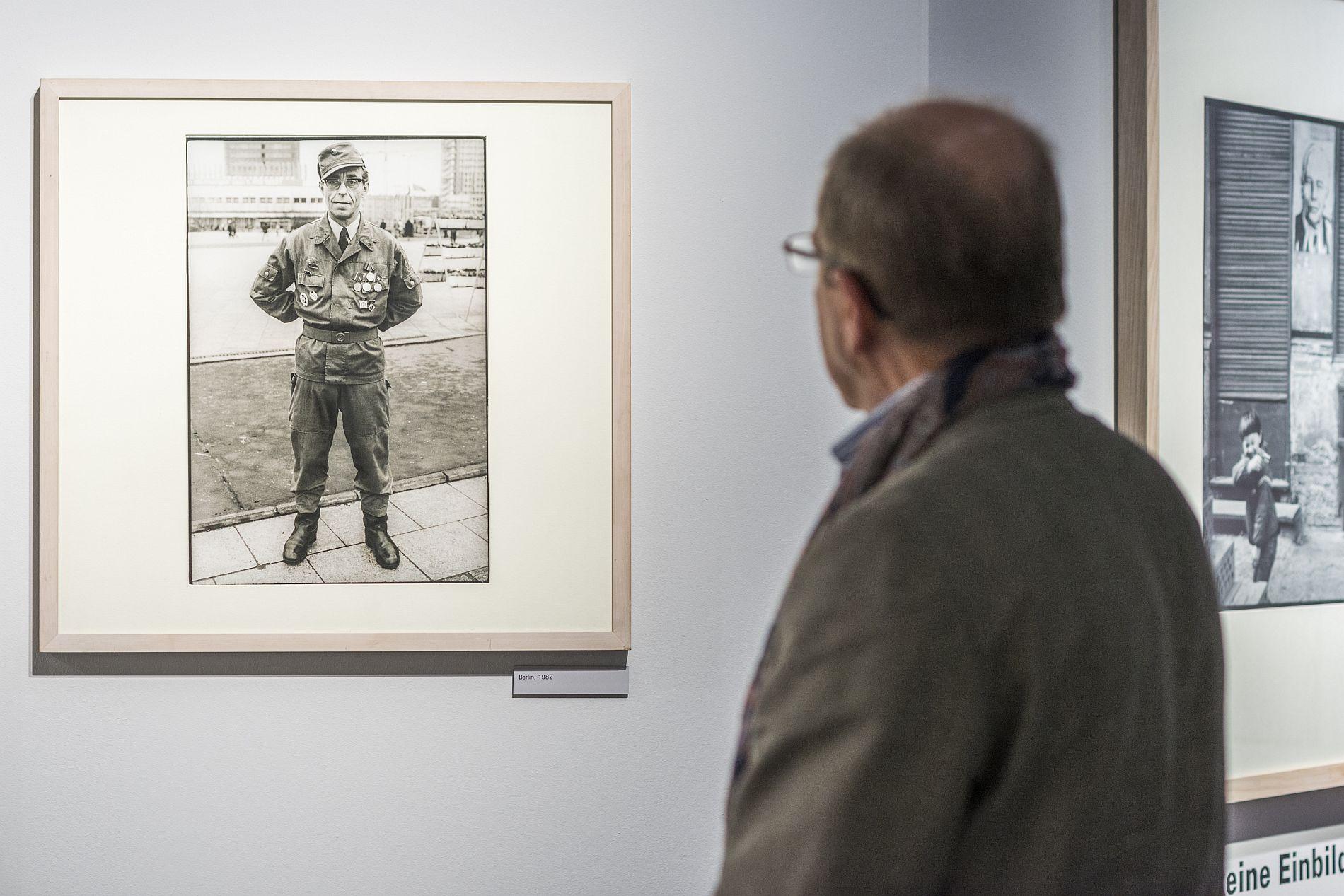 Ein Ausstellungsbesucher vor einem Foto von Gundula Schulze Eldowy