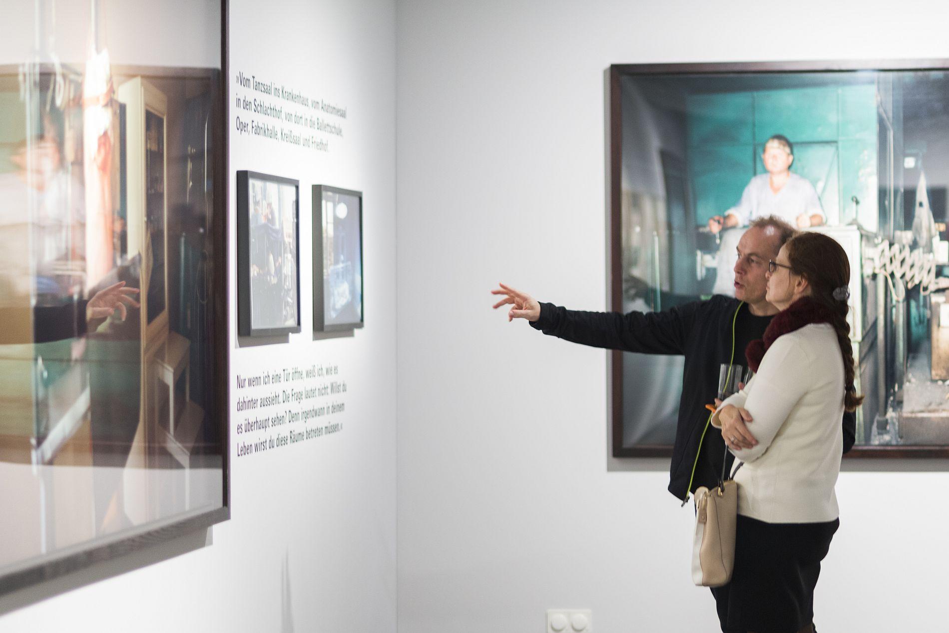 Besucher in der Ausstellung 'Zuhause ist ein fernes Land' mit Fotografien von Gundula Schulze Eldowy im Ausstellungspavillon der Stiftung Haus der Geschichte in Bonn