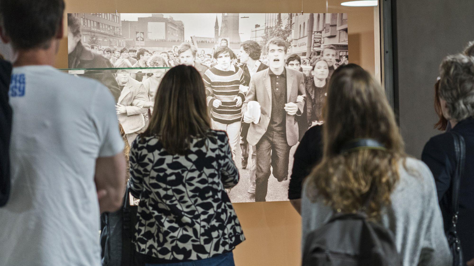 Besucherinnen und Besucher in der U-Bahn-Galerie