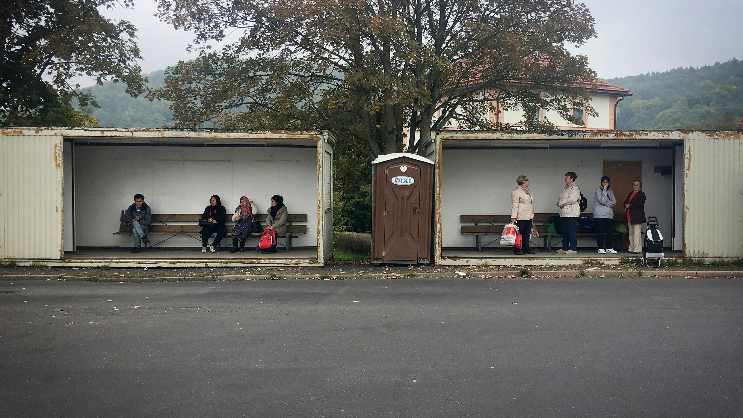 Germany before the General Elections: Citizens from Sonneberg in Thuringia waiting for a bus next to Syrian refugees. Photo by Michael Klug.