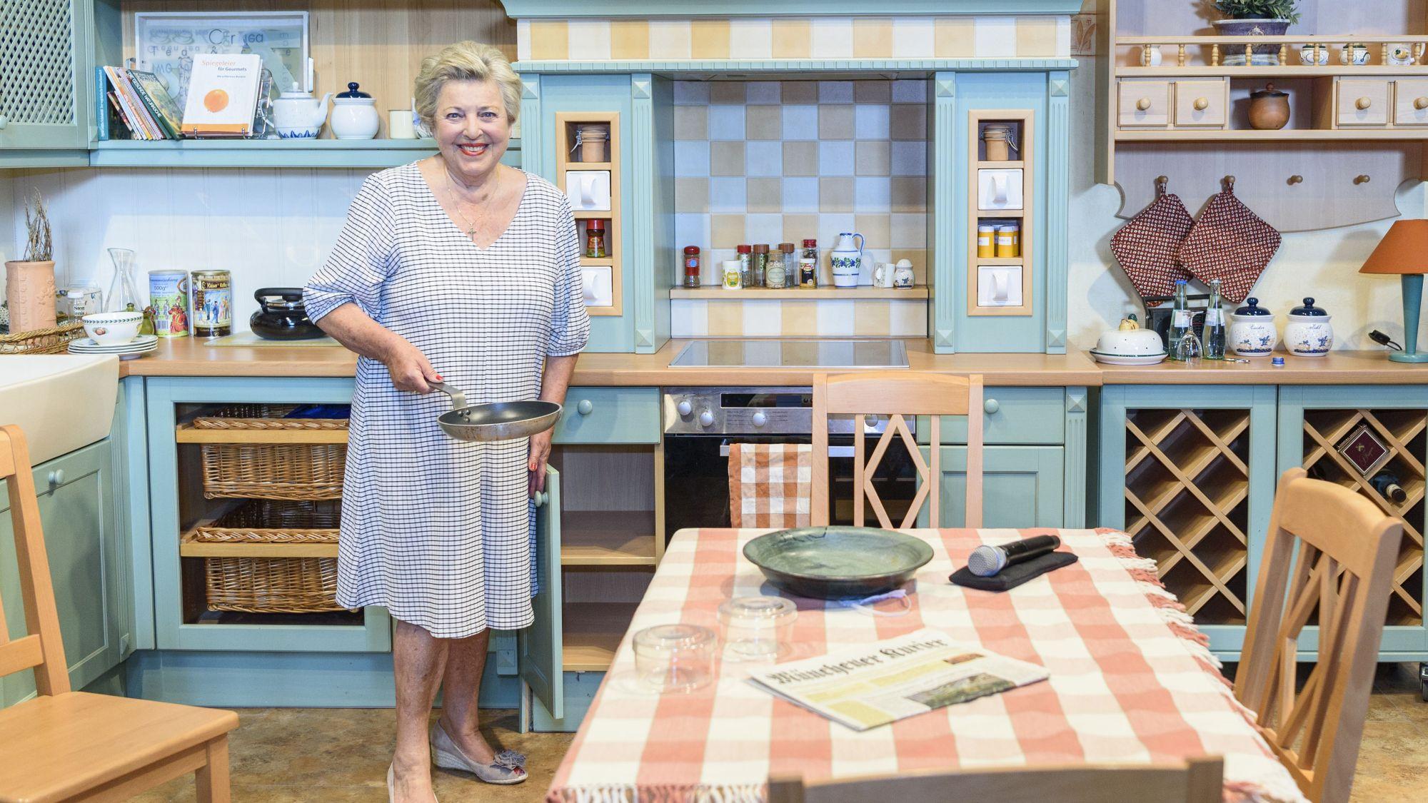 Schauspielerin Marie-Luise Marjan steht in der Kulisse der Küche von Mutter Beimer im Haus der Geschichte.