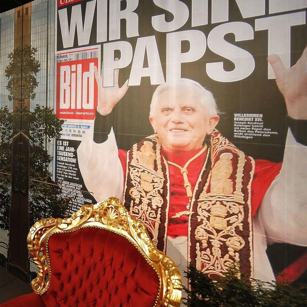 Papststuhl in der Ausstellung Deutsche Mythen seit 1945