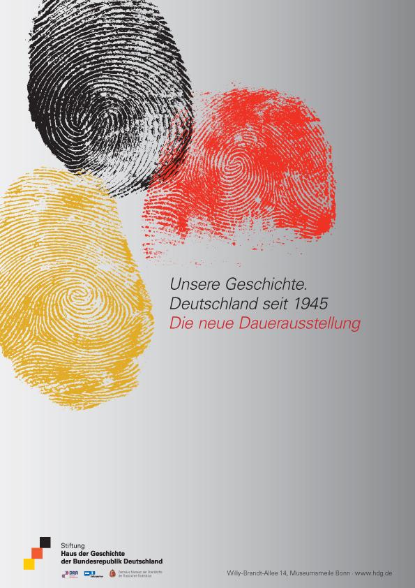 Ein graues Plakat mit drei Fingerabdrücke in Schwarz, Rot, Gold und dem Ausstellungstitel in schwarzer und roter Schrift