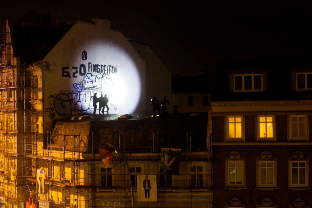 Prosteste gegen den G 20 Gipfel in Hamburg. Hier wird ein Haus im Schanzenviertel von der Polizei gestürmt ..., Andreas Herzau