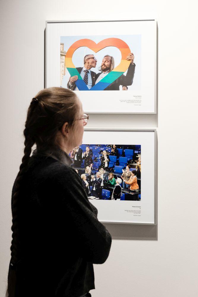 Besucherin betrachtet Fotos zu Ehe für alle