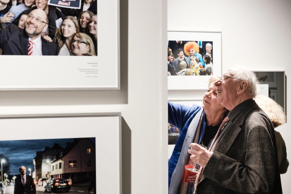 Älteres Paar in der Ausstellung
