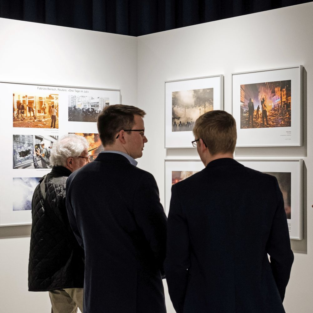 Junge Besucher in der Ausstellung