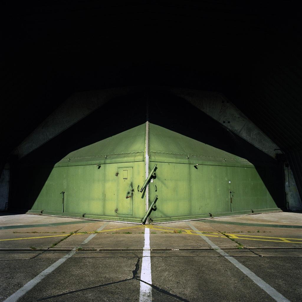 Deutschland, Laarbruch. Hangar für Jagdflugzeuge auf einem Stützpunkt der britischen Royal Air Force; 2002